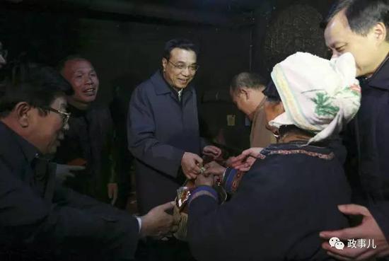 当天上午,他在黎平县集市自掏腰包买了腌鱼、糍粑、米酒、侗果、炒米等特产。下午,他把这些特产送给了侗族贫困村民林宪平一家。
