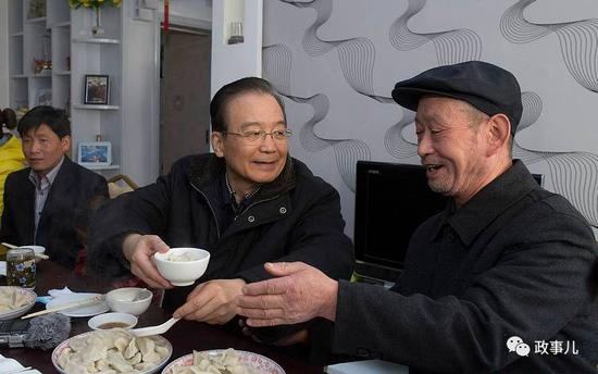 温家宝与他家和孤儿薛菊霞等邻居共进午餐。席间,温家宝给老人盛饺子,给孩子们送上压岁钱。