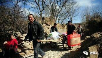 据现场图片显示,有群众用木板车,高兴地将习近平送的年货拉回家。