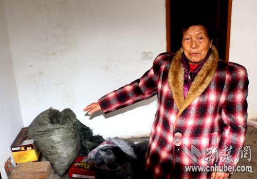 80岁的何少华婆婆说,自己在这里生了一大盆炭火让落水司机烤。通讯员 宋俊初 摄