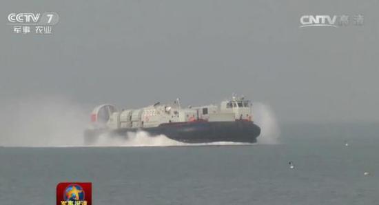 726型登陆艇全重150吨,载重最大达60吨