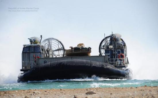 美国海军LCAC的载重量略大于726艇,可携带战斗全重65吨的M1A2坦克冲滩
