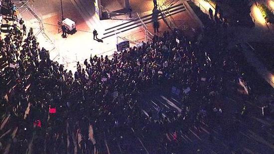 航拍:加大伯克利分校爆发反特朗普抗议