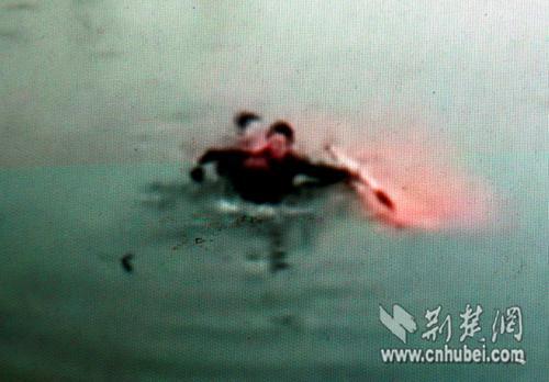 潜入水中探摸,仍然没有发现被困者。网友手机摄