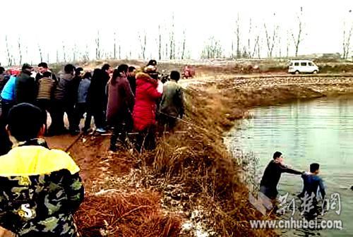 先后赶过来的数十名群众一起拉绳子,2穿着单薄的内衣跳进刺骨的冷水中。网友手机摄