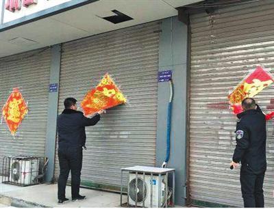 近日,济宁城市管理执法支队六大队上街清理辖区内街道商户粘贴的春联福字。网络截图