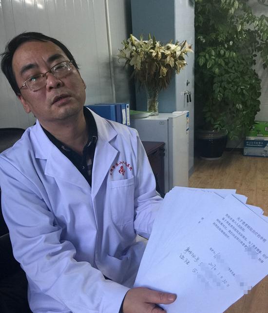 杨绍雷出示一沓《关于患者转院医治的声明》。图像来历/中青在线