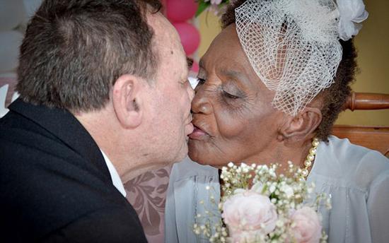 最年老未婚妻!106岁老妇与66岁男伴热情亲吻浪