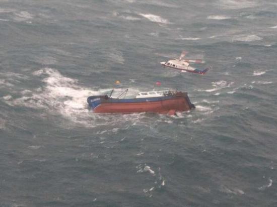 遇险渔船上的人员被救起。(图片来源:交通运输部救助打捞局)