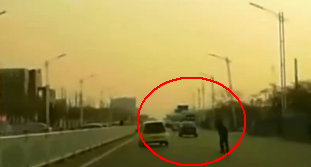 惊险!行人横穿马路 轿车上演生死漂移