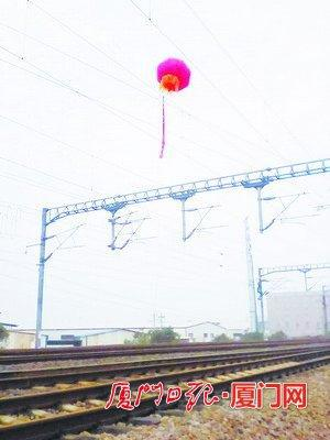 气球悬在接触网上,致列车延误。