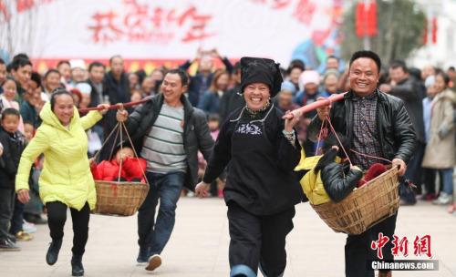 资料图:贵州千名搬迁民众新家集体过大年。中新社记者 贺俊怡 摄