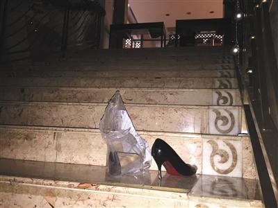 2016年12月28日,被查封的丽海名媛俱乐部台阶上遗留着一双高跟鞋。