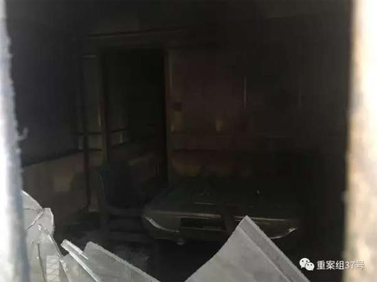 ▲2月6日下午,透过破窗看到的足馨堂足浴中心内景。 新京报记者 林斐然 摄