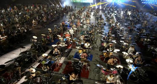 燃爆现场:千人组巨型摇滚乐队演奏