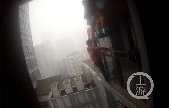消防翻窗实施救援。