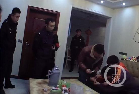 民警和消防赶到男孩家,制定施救方案。