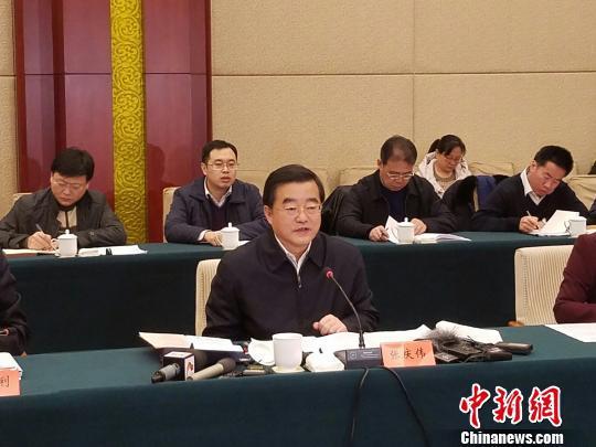 河北省省长张庆伟介绍河北推进京津冀协同发展的相关情况。 宋敏涛 摄