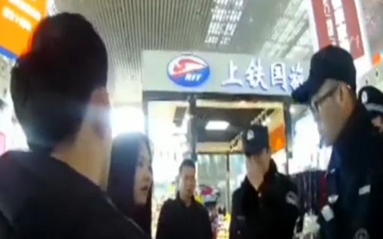 无语!小情侣火车站拒绝安检 还给警察一耳光