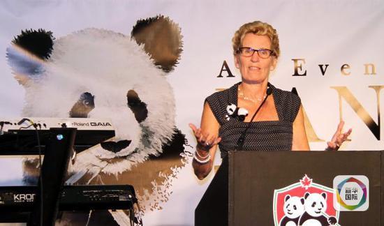 质料图:2013年8月3日,在加拿大多伦多动物园,安粗略省省长凯瑟琳·温在一场慈善晚宴上致辞。(新华网记者马丹摄)