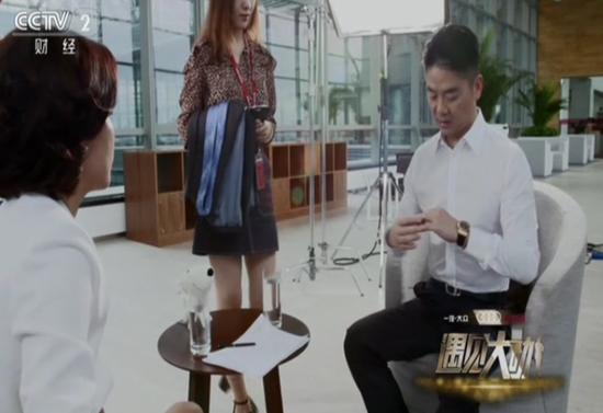 刘强东自曝采访前必须戴戒指 否则老婆会不高兴