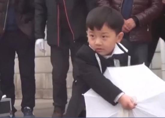 """萌帅!三岁小魔术师秀""""大变活人""""绝技"""