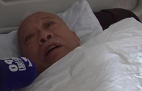 老人住院1年多无人照顾 曾有9套房有4个儿女