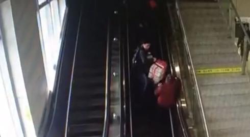 监拍男子带父母乘坐扶梯 行李滑落将母亲砸倒