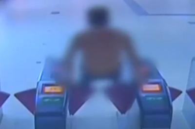 监拍男子乘地铁连逃2次票 却将3800元遗落车站