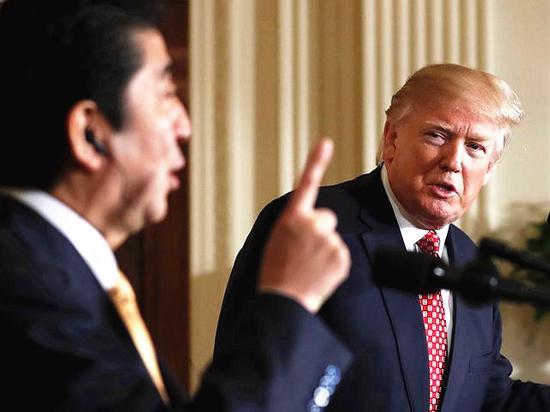 白宮,美國總統特朗普(右)未戴同聲傳譯耳機,傾聽着日本首相安倍晉三發表講話。(新華/美聯)
