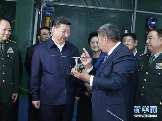 图为:2016年10月19日,中共中央总书记、国家主席、中央军委主席习近平在京参观第二届军民融合发展高技术成果展。