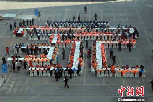 """2月11日,农历正月十五,中国元宵佳节。保定市300名环卫工人围坐在一起,享受别样的""""元宵家宴""""。于俊亮 摄"""
