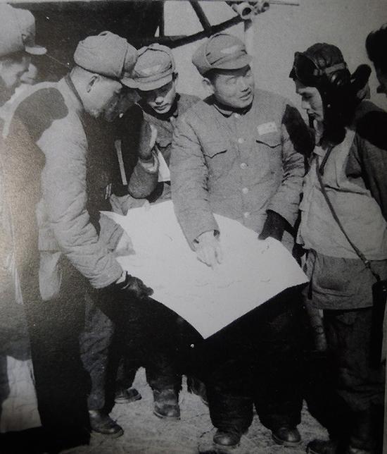 1955年1月10日,空军航空兵20师师长马宁(右2)与副师长张伟良(右1)研究轰炸大陈岛海港敌人军舰作战方案。图片来自网络