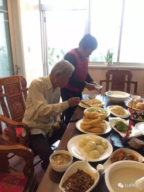 54年后,吃到了家乡的早餐,老人很兴奋