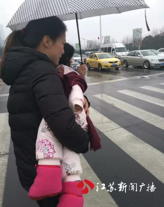 船员家属冒着雨雪赶往南京