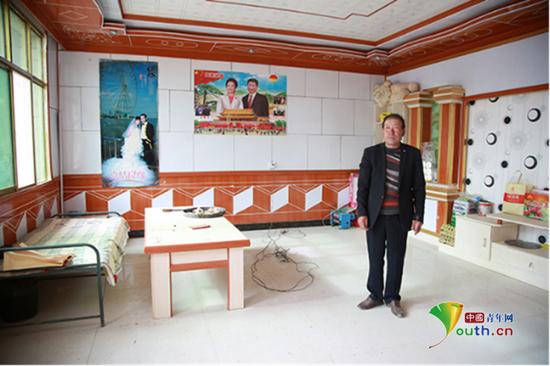 李尕猴在家中,其子李玉平为小寨村有史以来第一个大学生。 中国青年网记者 孙钊 摄