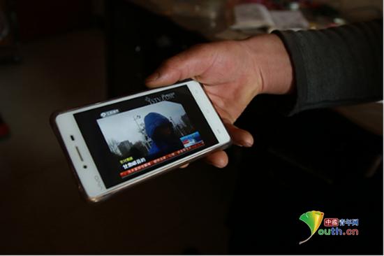 村民李治平手机中关于岷县乞讨人员的新闻视频,该视频系几年前所拍摄。中国青年网记者 孙钊 摄