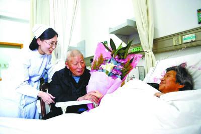 """医护人员为老两口庆祝""""钻石婚""""通讯员刘姗姗 摄"""