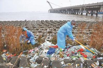 水上搜救志愿者总队开展清污活动。