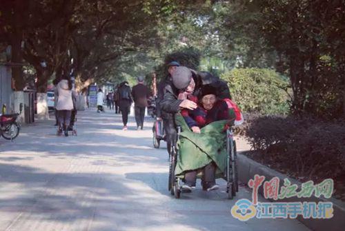 夏炳火推老伴在公园散心