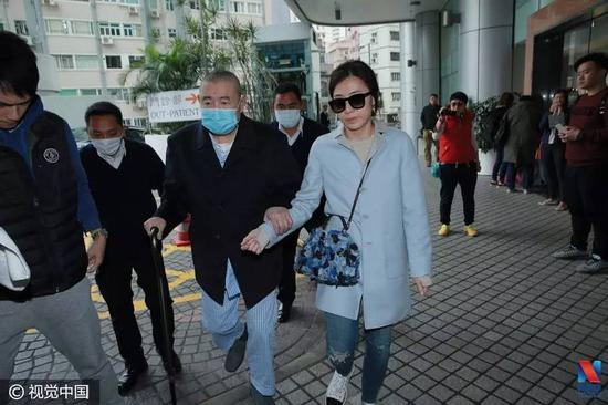 ▲2017年2月7日,香港,刘銮雄到医院复诊(带墨镜女性为甘比,图片来源:视觉中国)