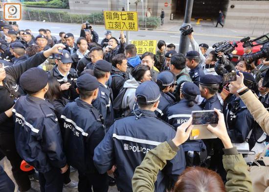 警察维持秩序 东网