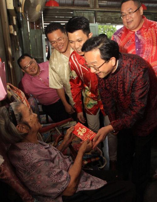 黄惠康看望贫困家庭89岁的李玉娣老人(星洲网 图)