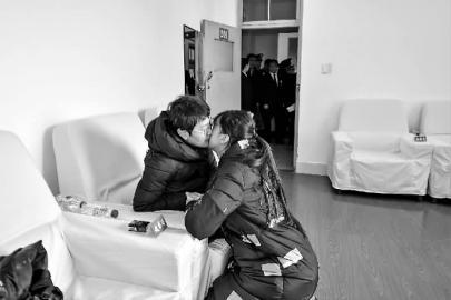 本组图片 新文明记者 郭明 摄女女悄悄天吻上妈妈的面颊,慰藉她必然要挺住