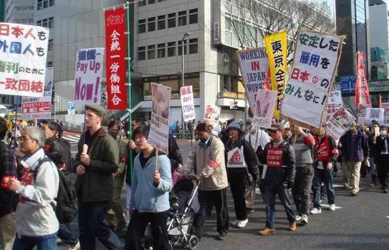 资料图片:外国劳务者在东京集会,抗议歧视,要求基本权利。
