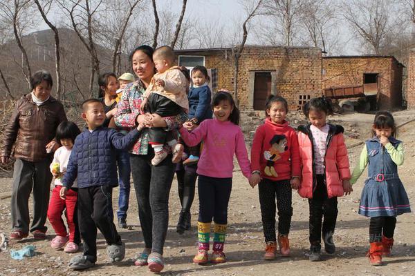 她收养102个弃婴 患病却没钱住院