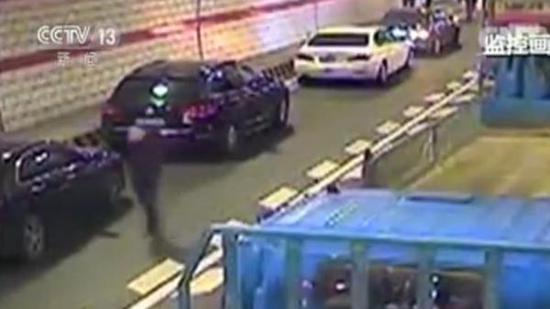 货车隧道连撞多车致人受伤 车辆让出救援通道