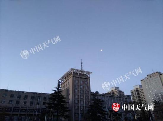 2月17日7时,北京蓝天显现。