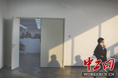 2月15日下午,李金泽和同事在公司休息区。在北京现代沧州工厂,有近百名的管理层和骨干来自北京,大部分人属于两地分居