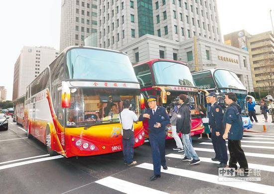"""数辆旅游车司机占据道路瘫痪交通(图片来源:""""中时电子报"""")"""